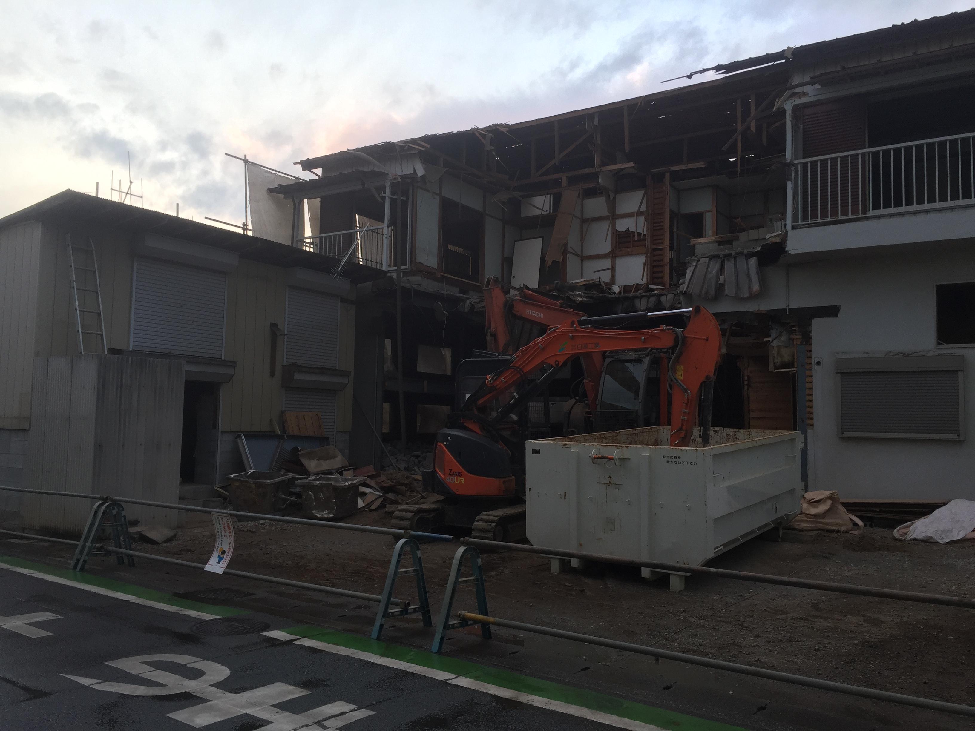 見沼区東大宮 建設会社の事務所作業場兼集合住宅の解体に着手しました